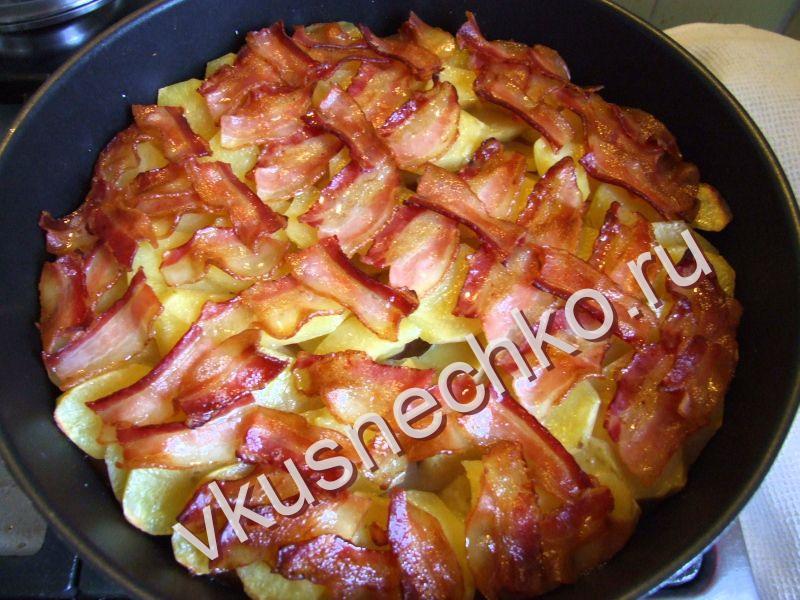 Картошка с копченым беконом в духовке рецепт