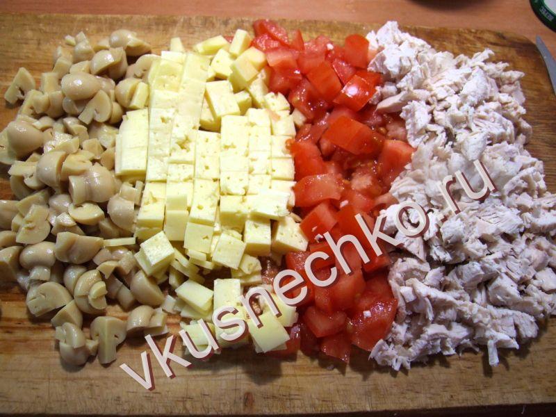 Салат шампиньоны с помидорами курицей