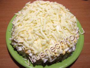 На яйца разместить тертый сыр. Сорт сыра опять же выбираем по вкусу. У меня моцарелла, но можно использовать и что-нибудь поострее.