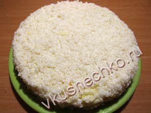 Последним слоем выложить оставшийся рис. Разровнять поверхность и бока салата.