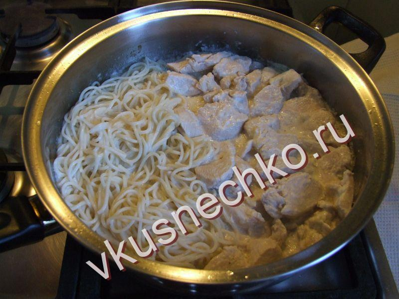 Курица с макаронами в сковороде рецепт с фото